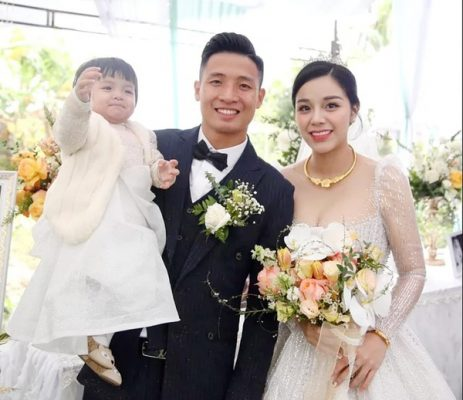 Ấm lòng đầu năm: vợ chồng Bùi Tiến Dũng bán váy cưới làm từ thiện
