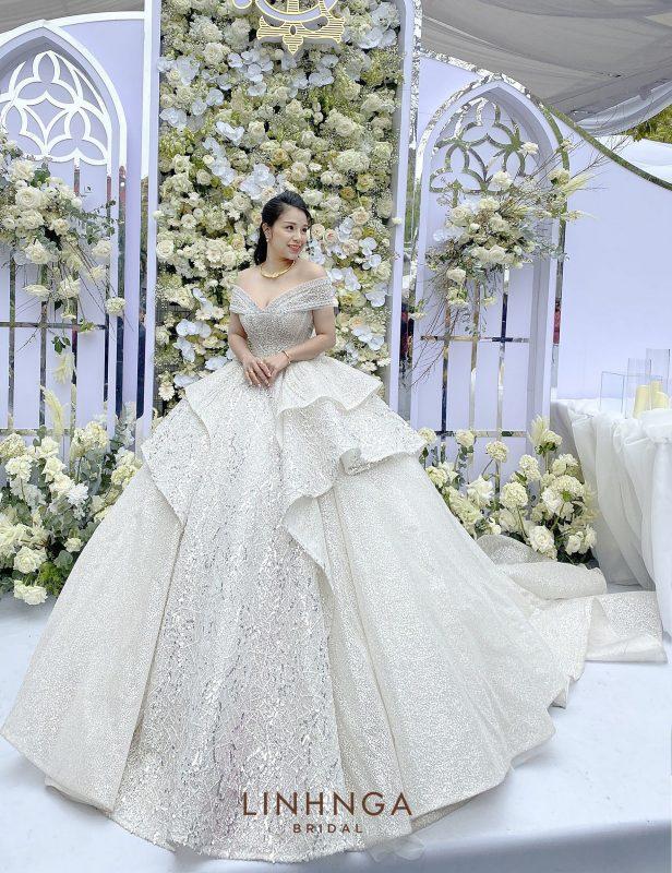 Chiêm ngưỡng 6 váy cưới của Khánh Linh biến nàng trở thành công chúa.