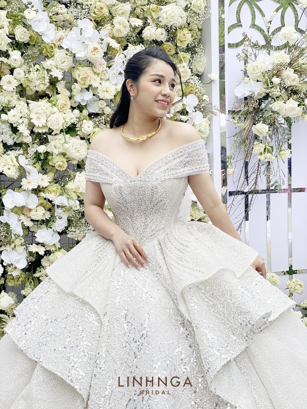 Chi tiết chiếc váy cưới kỳ công mà trung vệ Bùi Tiến Dũng dành 3 tháng lên ý tưởng thiết kế tặng cô dâu Khánh Linh